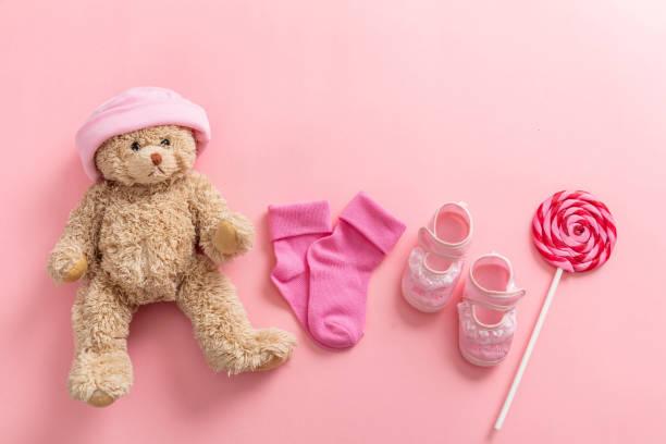 baby mädchen schuhe und socken auf rosa hintergrund - geschenk zur taufe stock-fotos und bilder