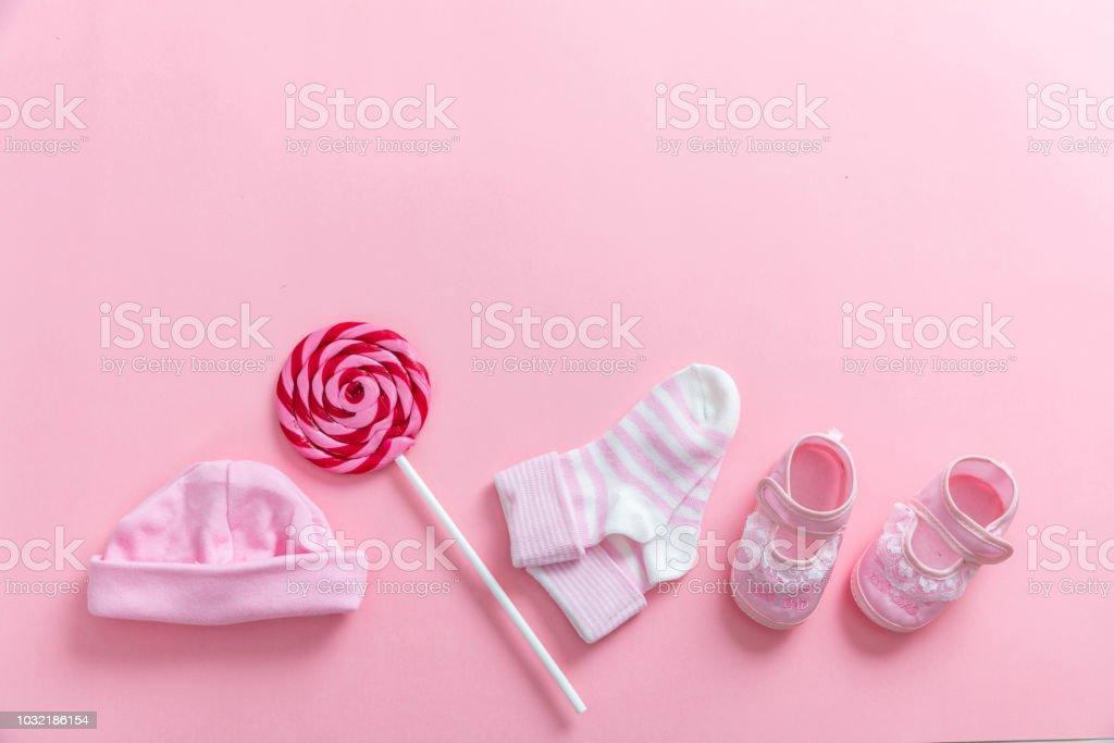 Bébé fille chaussures et chaussettes sur fond rose - Photo