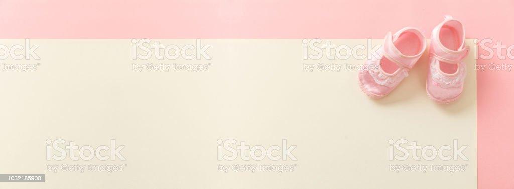 Chaussons fille sur pastel couleurs de fond, bannière - Photo
