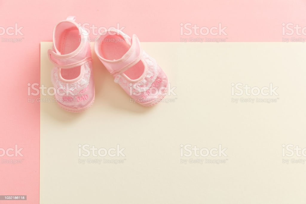 Chaussons fille sur fond de couleurs pastel - Photo