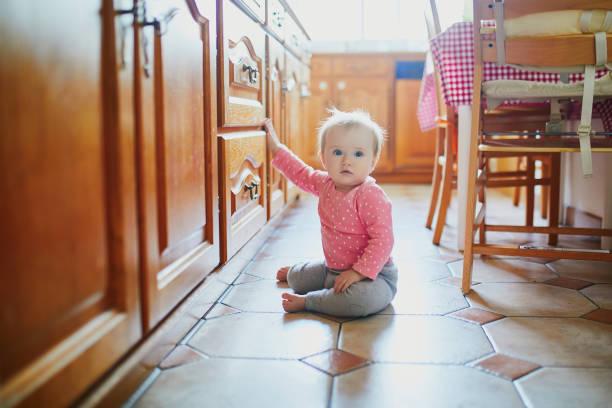 Baby sitzt zu Hause auf dem Boden – Foto