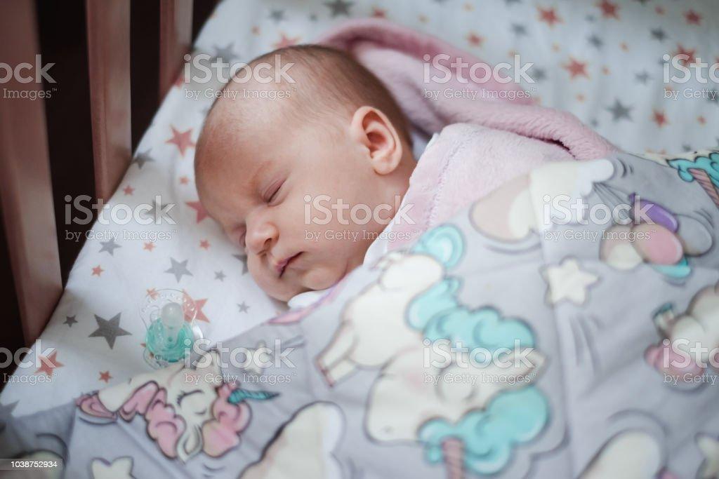 Petite fille de dormir dans son lit. - Photo