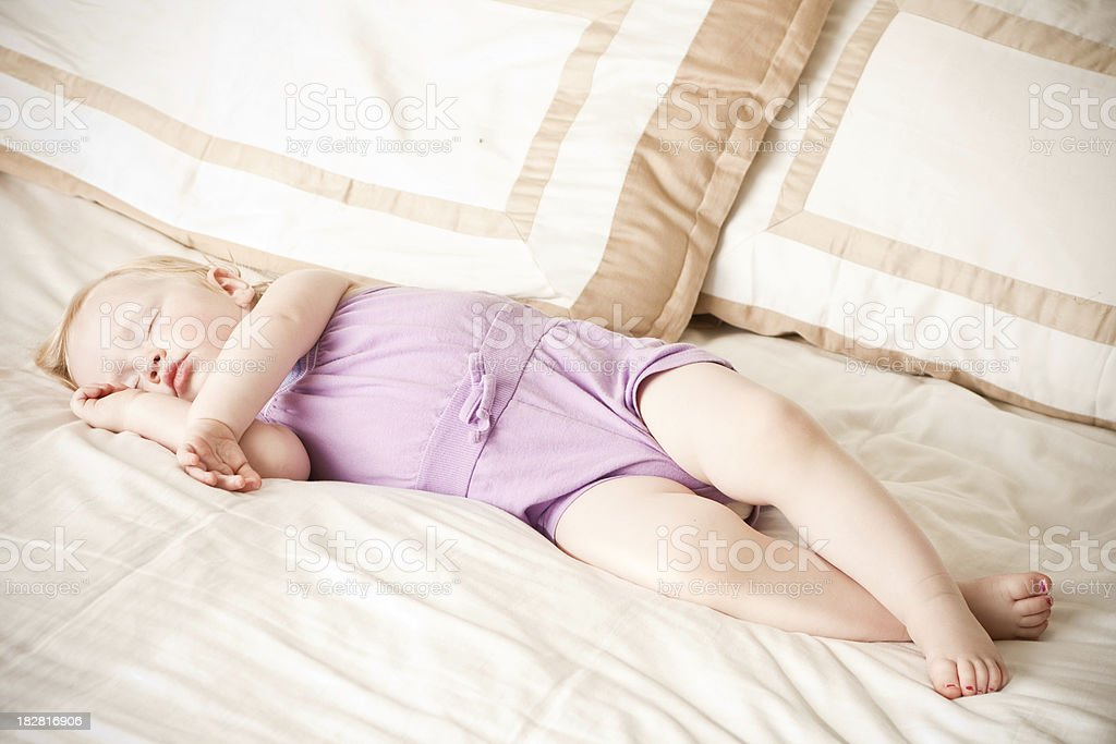 Baby Mädchen Schlafen auf dem Bett – Foto