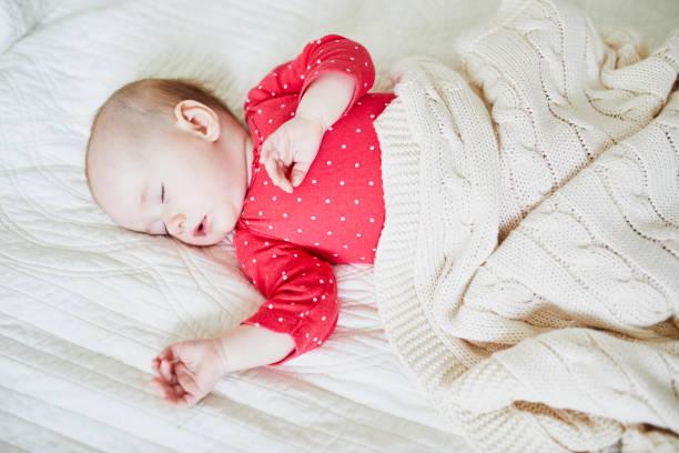 Baby-Mädchen schlafend unter gestrickter Decke – Foto