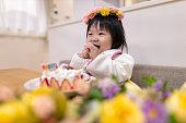 彼女の最初の誕生日のための女の赤ちゃんのスマッシングケーキ