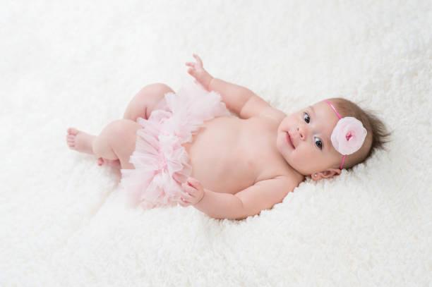 baby mädchen tragen rosa bloomers - pumphose stock-fotos und bilder