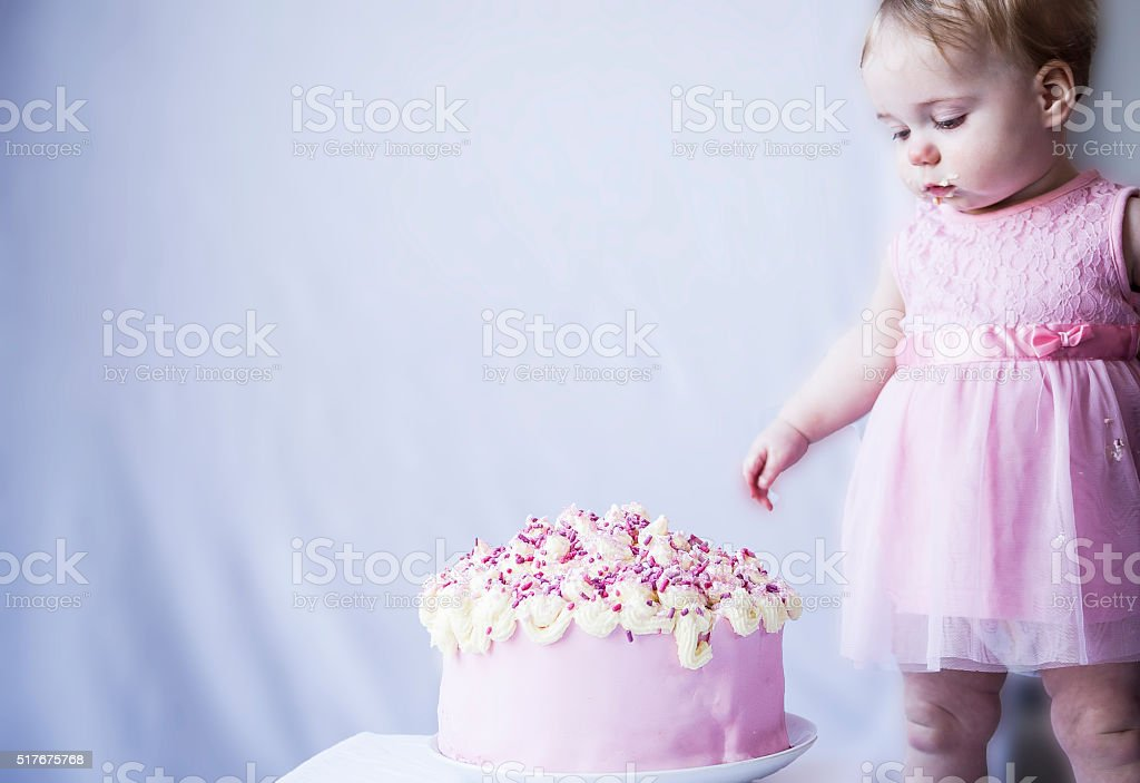 Baby Mädchen mit einem großen Kuchen – Foto