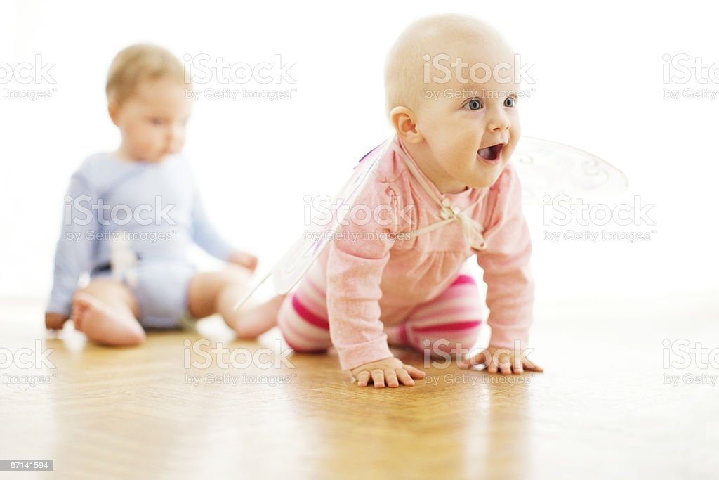 Baby girl with butterfly wings and baby boy Lizenzfreies stock-foto