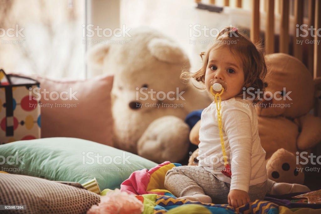 Baby Mädchen mit Schnuller – Foto