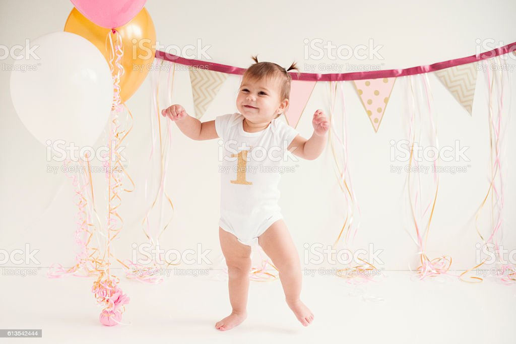 Baby girl's first birthday and first steps – Foto