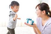 赤ちゃんを与える母プレゼント