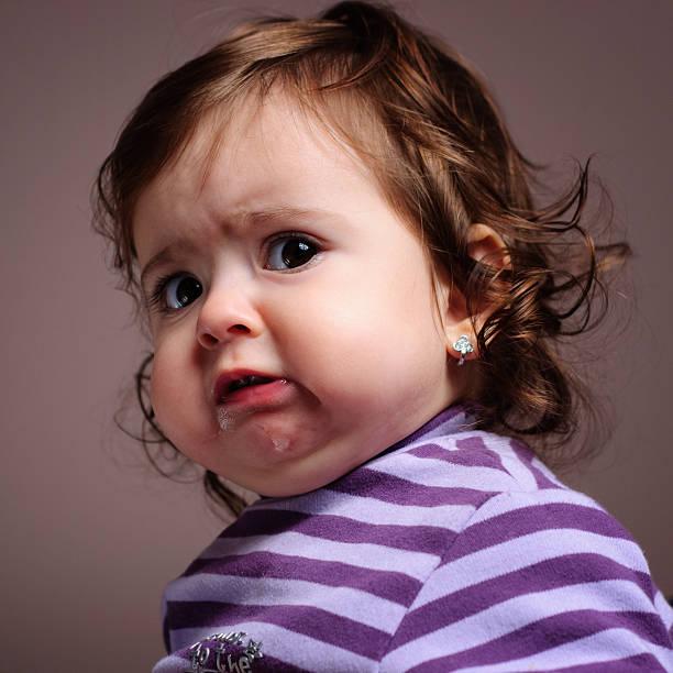 baby grimasse schneiden - grimassen schneiden stock-fotos und bilder