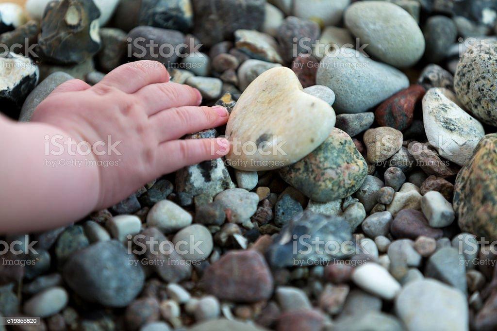 Baby Hand auf Steinen – Foto