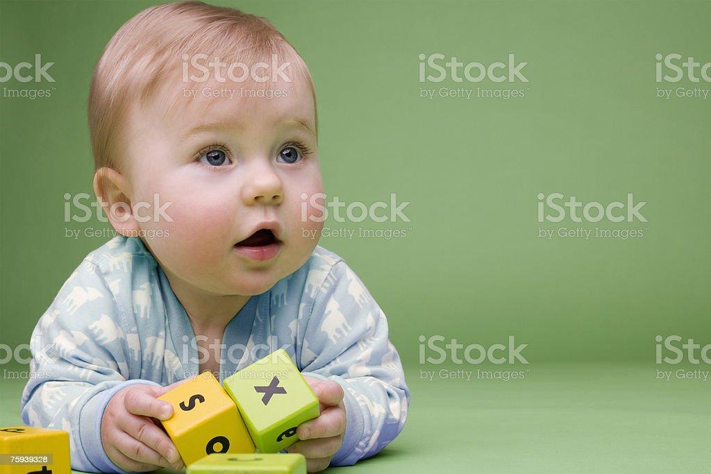 Baby hält Bausteine – Foto
