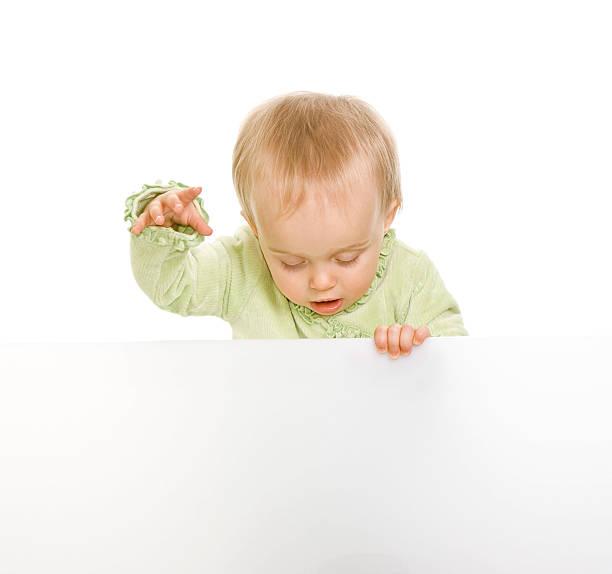 Bébé tenant Panneau isolé sur blanc ou à repasser - Photo