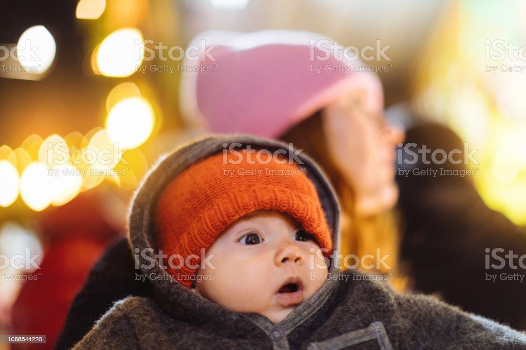 Impressionado com as luzes de Natal do bebê - foto de acervo