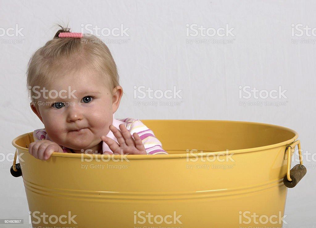 Baby in einen Eimer II Lizenzfreies stock-foto