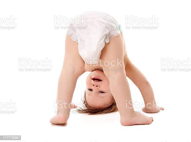 Niño En Pañales De Pie En La Cabeza Foto de stock y más banco de imágenes de 12-17 meses