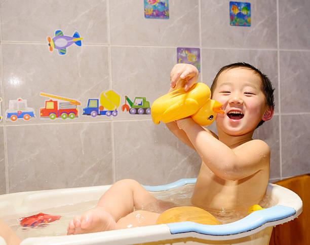 baby im Badezimmer – Foto