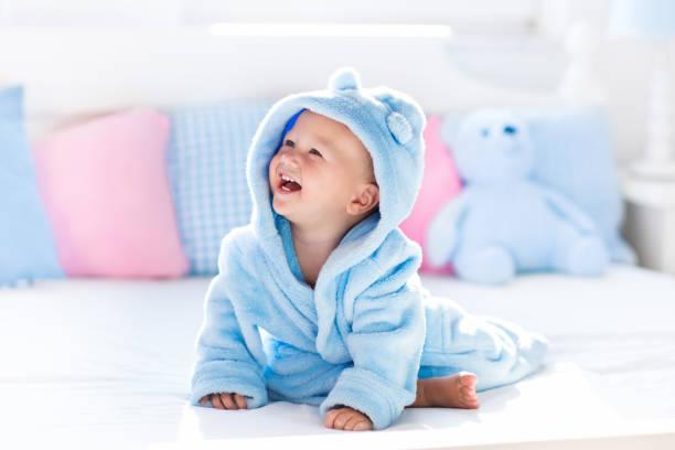 baby bademantel oder handtuch nach bad - sonnendusche stock-fotos und bilder