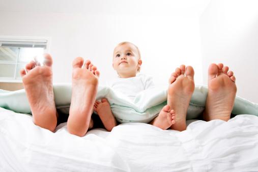 Baby Im Bett Mit Mama Und Papa Stockfoto und mehr Bilder