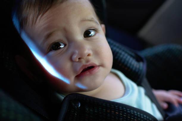 baby im kindersitz auf der seite suche - liebesbeweis für ihn stock-fotos und bilder