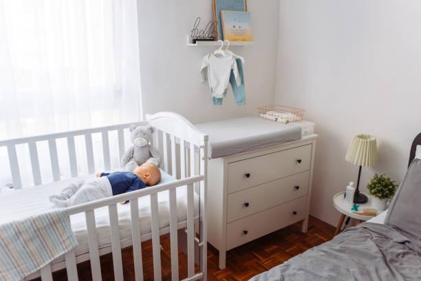 Bebé en cuna - foto de stock