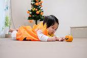 赤ん坊を床にクロールのハロウィーンの衣装
