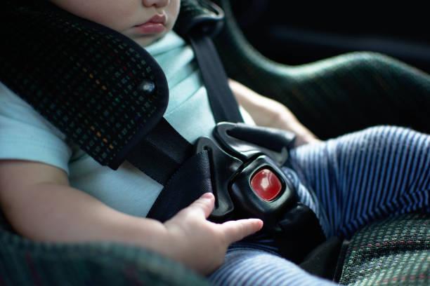 baby in rückwärts gerichteter kindersitz hat den gurt auf - liebesbeweis für ihn stock-fotos und bilder
