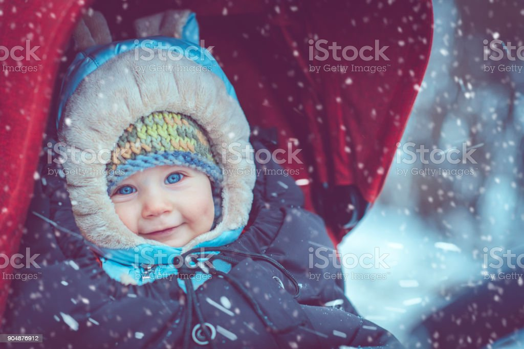 Baby im Kinderwagen im winter – Foto