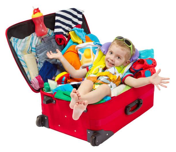 baby im koffer, kind im roten gepäck für urlaub verpackt, kind über weißem hintergrund - kleinkind busy bags stock-fotos und bilder