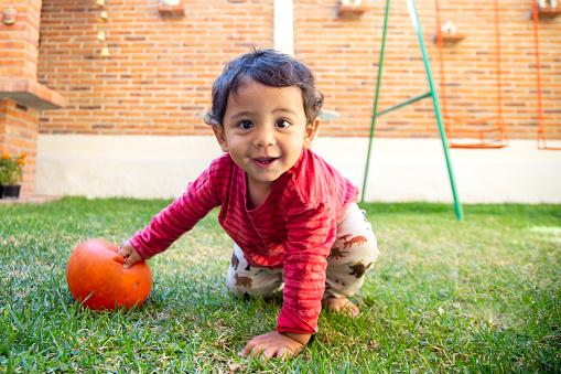 Bebé en el patio de casa