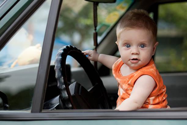 baby im Auto – Foto