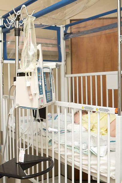baby im krankenhaus auf intravenöse flüssigkeit - dextrose stock-fotos und bilder
