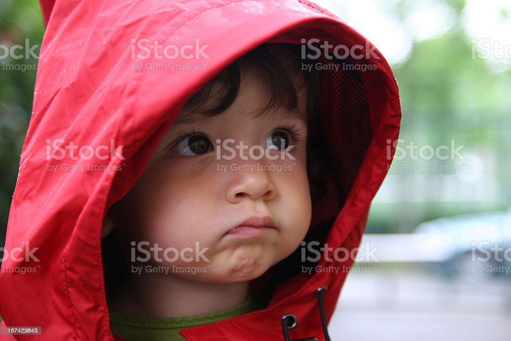 Bebê na chuva - foto de acervo