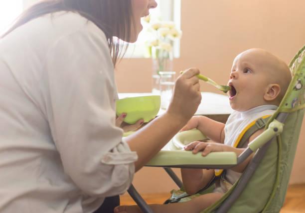 Baby frühstücken – Foto