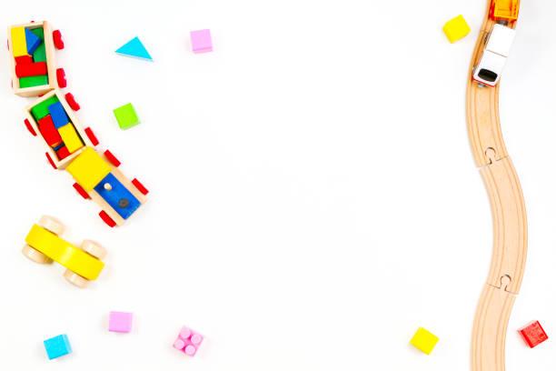 Baby Kids Toyd Hintergrund. Holzzug und Schienen, Spielzeugauto, bunte Blöcke auf weißem Hintergrund – Foto