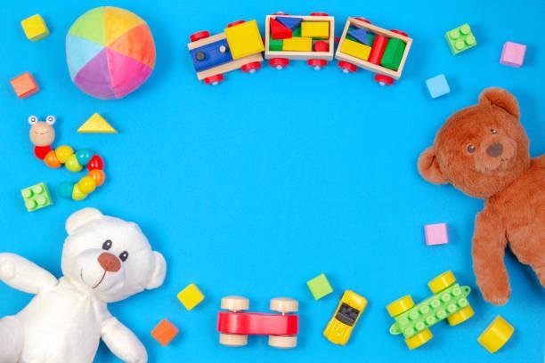 Baby Kids Spielzeug Hintergrund. Zwei Teddybären, Holzzug, Spielzeugautos, bunte Blöcke auf blauem Hintergrund – Foto