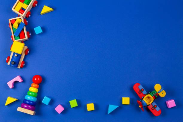 Baby Kinder Spielzeug Hintergrund. Hölzerne pädagogische Naturspielzeug auf marineblauen Hintergrund. Ansicht von oben, flach liegend – Foto