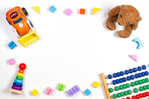 Baby Kinder Spielzeug Rahmen auf weißem Hintergrund. Ansicht von oben, flach liegend. Kopierbereich für Text – Foto