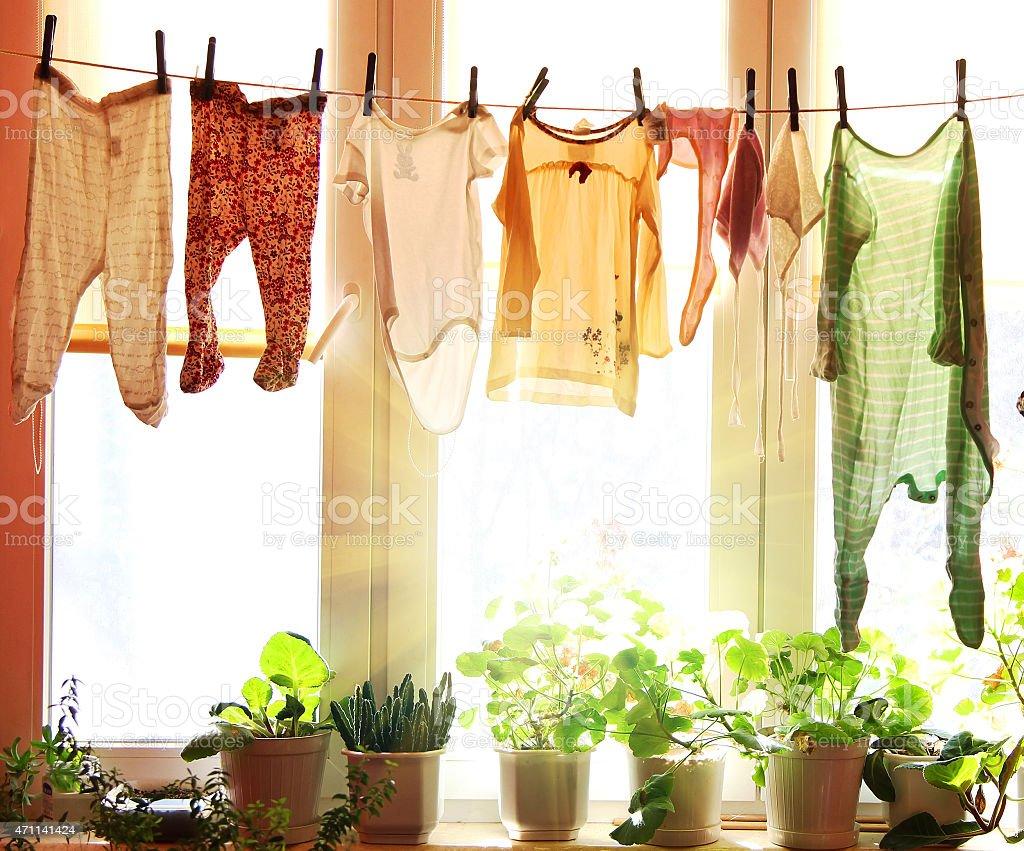 Baby Wäsche auf einer Wäscheleine Aufhängen - Lizenzfrei Wäsche Stock-Foto