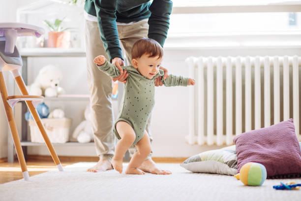 Bebé aprender a caminar - foto de stock
