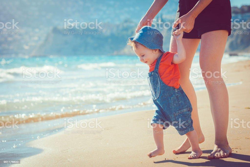 Baby am Strand laufen lernen – Foto