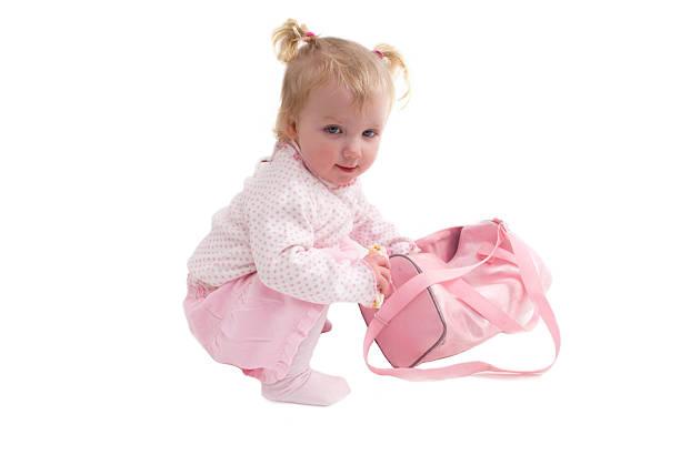 baby blick in ihrem warenkorb - kinderhandtaschen stock-fotos und bilder