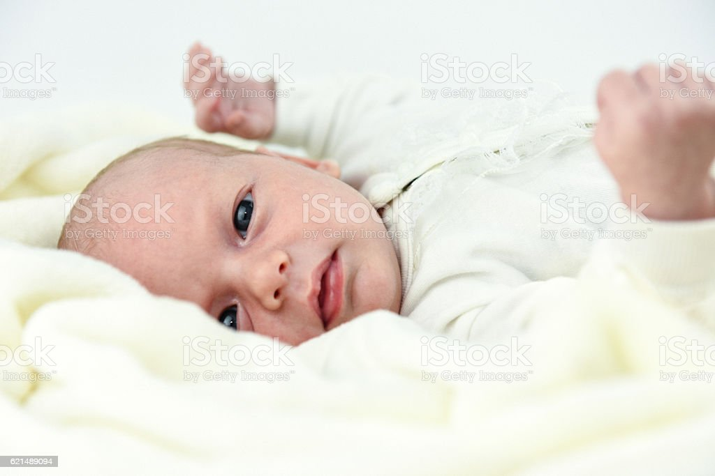 baby lying on a bed with towel photo libre de droits