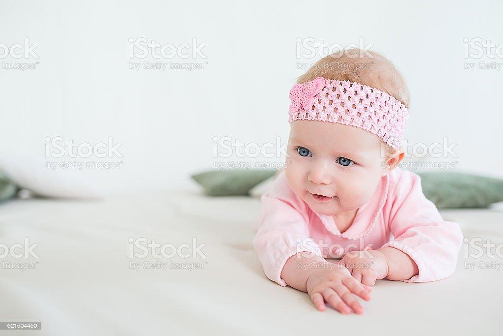 Bambino Sdraiato su un suo stomaco foto stock royalty-free