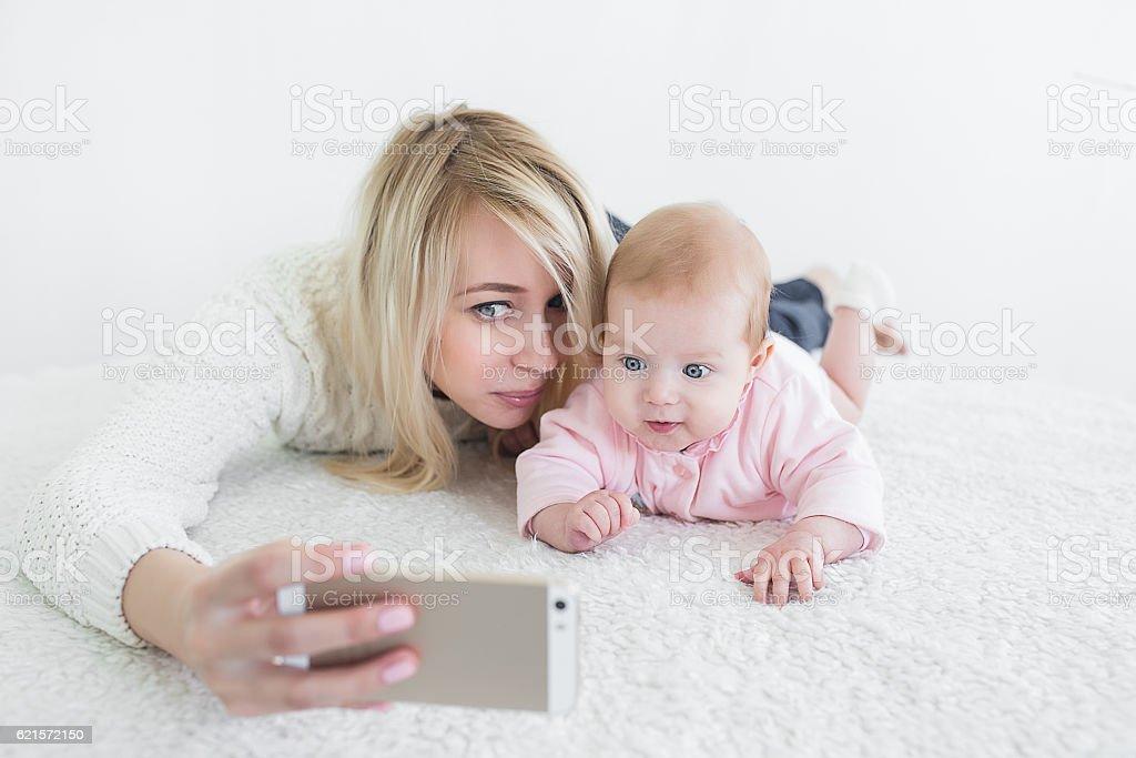 baby make selfie on mobile phone photo libre de droits