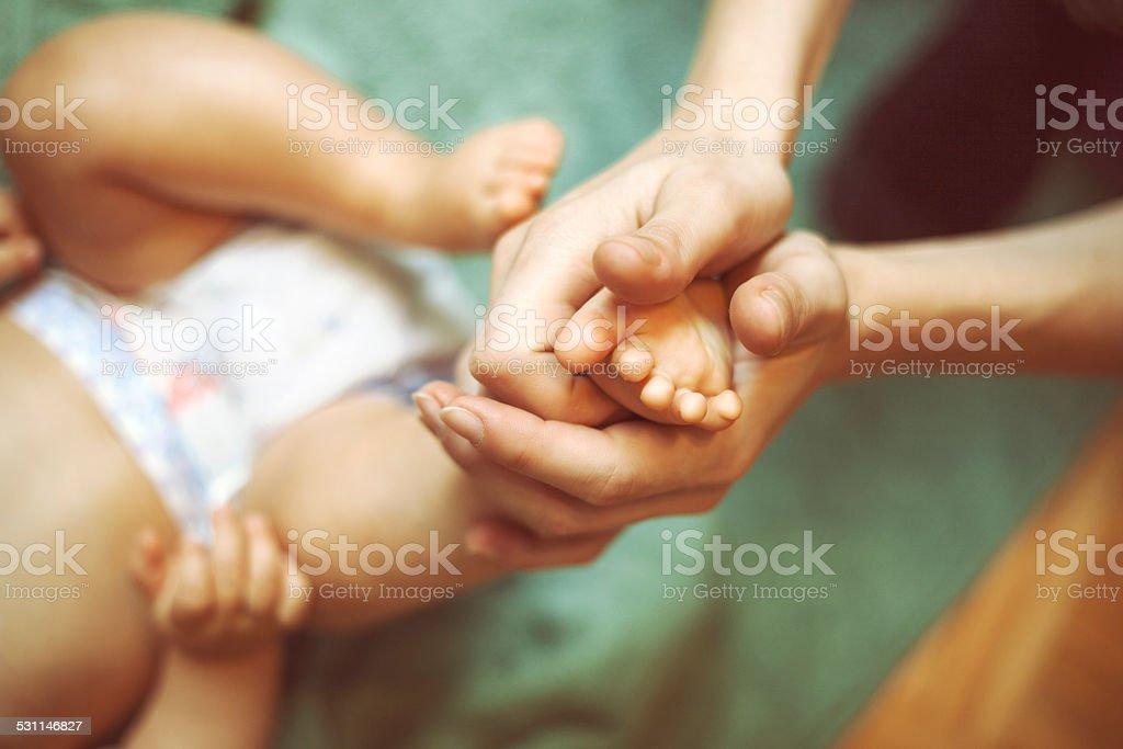 Baby massage bildbanksfoto