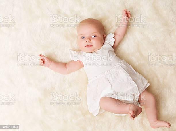 Bebé Recién Nacido New Born Chica De Un Mes El Niño Vestido Blanco Foto de stock y más banco de imágenes de 0-1 mes