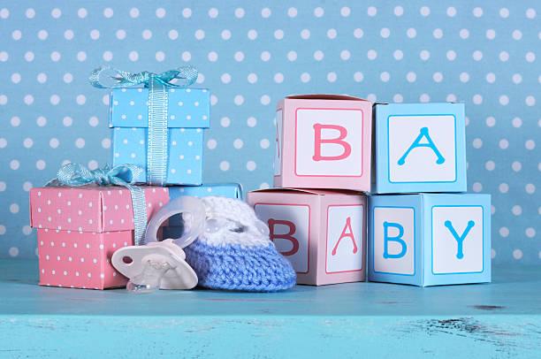 ベビー nursery ブーティ、ダミーおしゃぶりとベビーギフトボックスの文字 - ベビーシャワー ストックフォトと画像